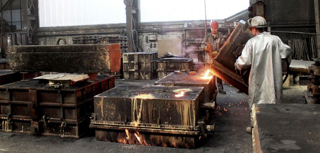 Gießerei Gustav Buchholz - Mitarbeiter gießen ein Bauteil. Eisenguss, Grauguss, Sphäroguss, Metallguss.