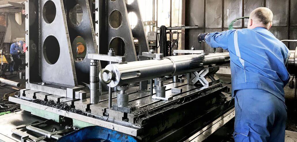 Gießerei Gustav Buchholz - ein Mitarbeiter bearbeitet in der Maschinenfabrik eine Antriebswelle. Eisenguss, Grauguss, Sphäroguss, Metallguss.