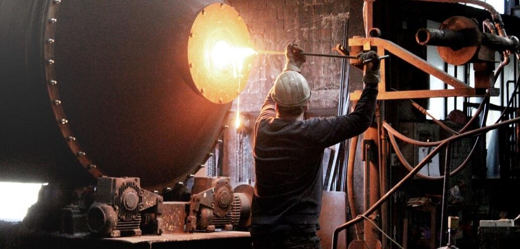 Gießerei Gustav Buchholz - Mitarbeiter entnimmt aus Trommelofen eine Gussprobe. Eisenguss, Grauguss, Sphäroguss, Metallguss.