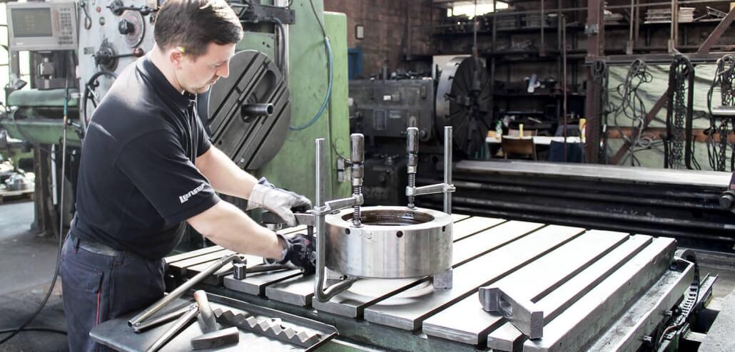 Gießerei Gustav Buchholz - ein Mitarbeiter bereitet alles für eine Montage vor. Eisenguss, Grauguss, Sphäroguss, Metallguss.