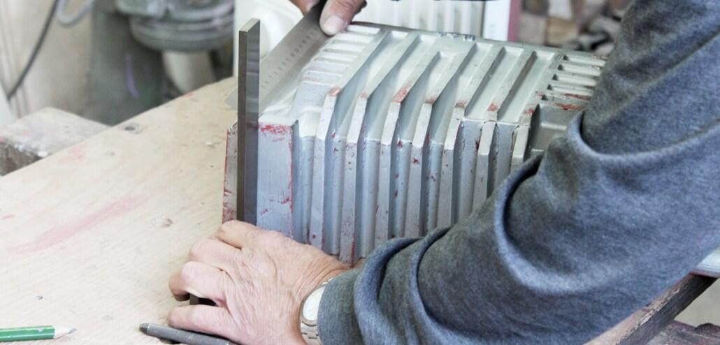 Gießerei Gustav Buchholz - Mitarbeiter bearbeitet Modell für ein Gussbauteil.