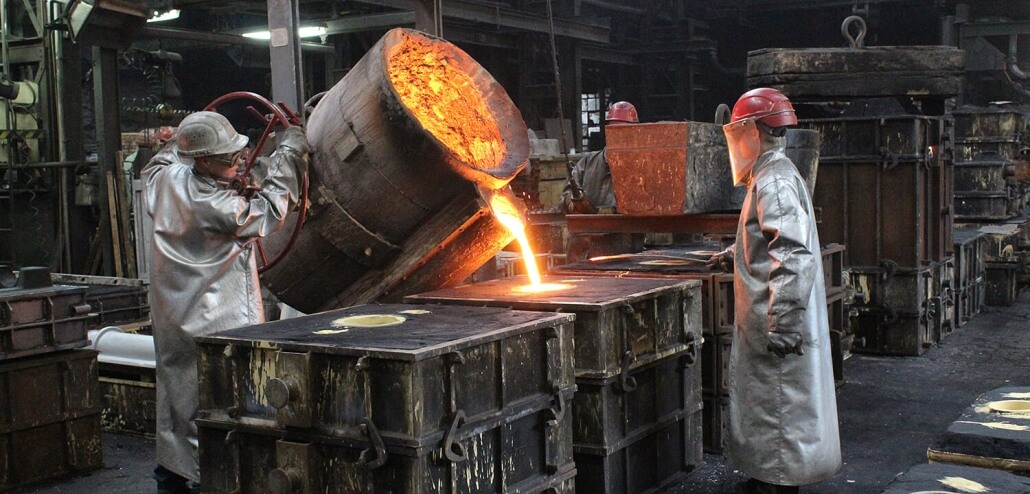 Gießerei Gustav Buchholz - Mitarbeiter gießen flüssiges Metall in eine Form.