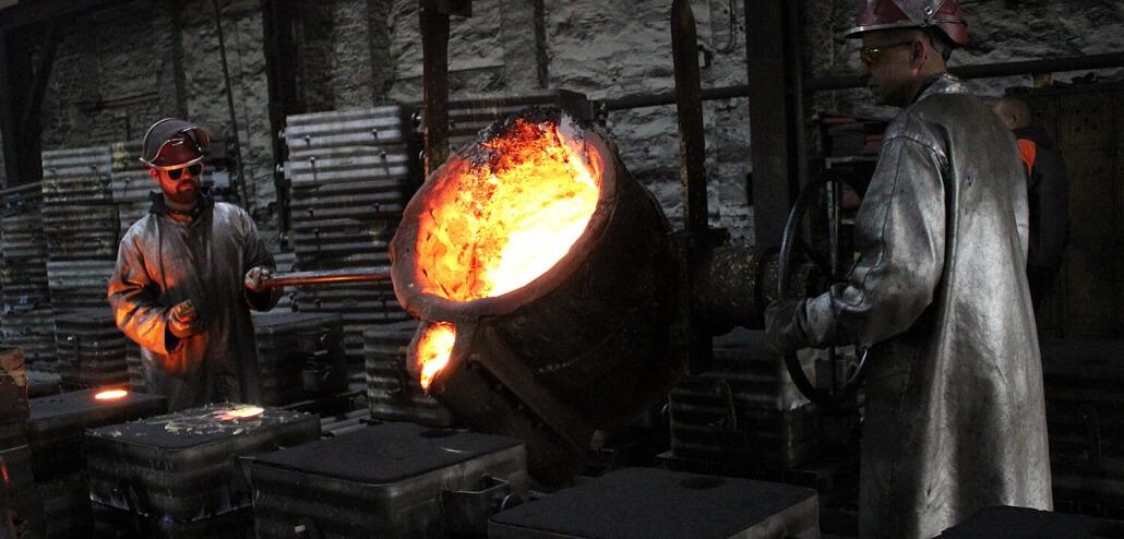 Gießerei Gustav Buchholz - Mitarbeiter beim Guss Prozess. Flüssiges Metall wird in eine Form gegossen. Eisenguss, Sphäroguss, Grauguss.