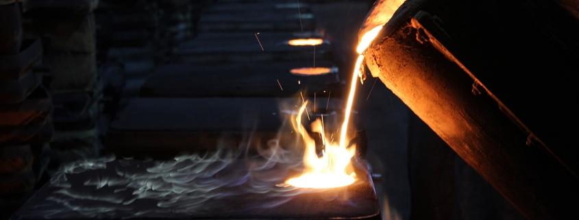 Gießerei Gustav Buchholz - Flüssiges Metall wird in eine Form gegossen. Eisenguss, Späroguss, Metallguss.