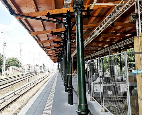 Historische, gusseiserne Säulen im Berliner Bahnhof Karlshorts.